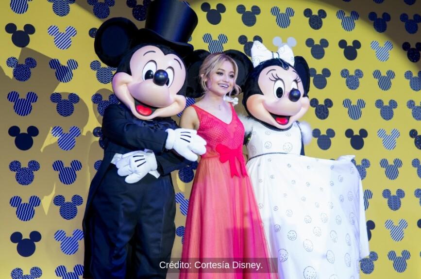 Karol Sevilla acompañó a Mickey y a Minnie en la alfombra roja.