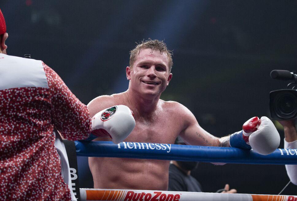 Canelo Álvarez boxea en el peso supermediano del CMB