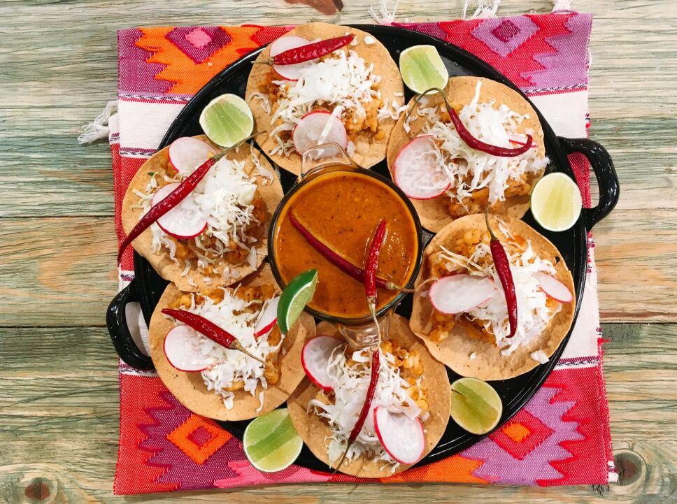 Tostadas de pozole seco Cocineros mexicanos