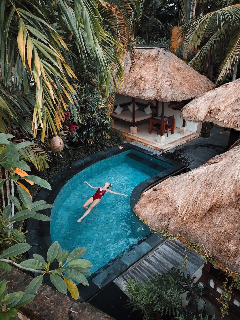 mujer nadando en una piscina vacaciones