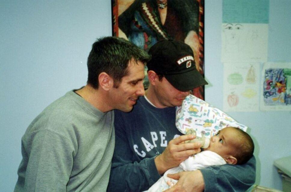 pareja encontró a un bebé en el Metro y lo adoptaron