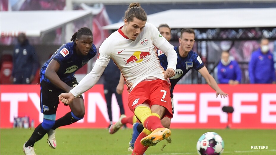 Marcel Sabitzer anota el penalti del Leipzig.