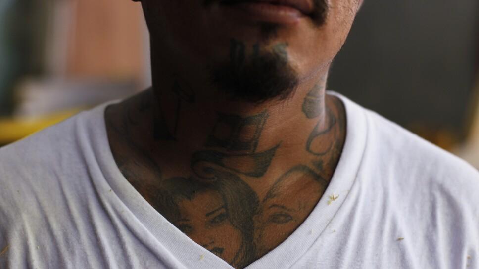 """Imagen de archivo. Un miembro de la violenta pandilla callejera """"Mara Salvatrucha"""" posa para una foto en la prisión de San Pedro Sula, en el norte de Honduras"""