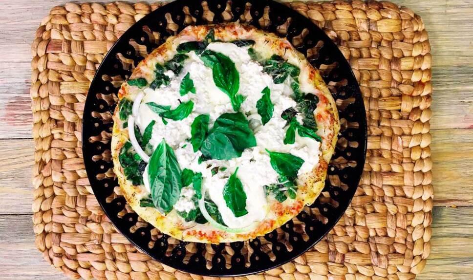 Receta Pizza blanca con rajas y cebolla Cocineros Mexicanos