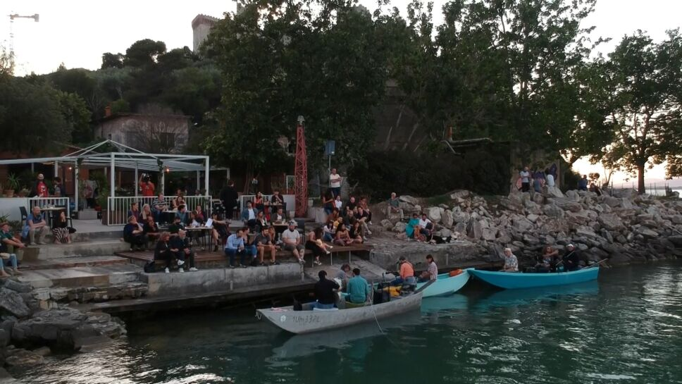 Foto del domingo de músicos de blues dando un show en un barco de pesca en el lago Trasimeno, en Italia