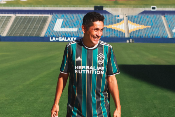 Jorge Campos posa con la playera del Galaxy