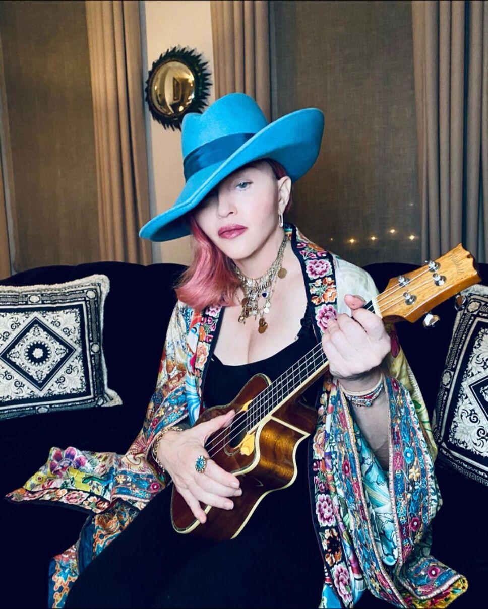 Madonna con 62 años y con una guitarra .jpg