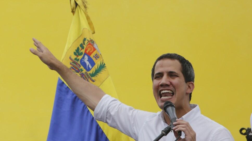 El líder opositor y autoproclamado presidente interino de Venezuela, Juan Guaidó, habla durante un evento en el centro histórico de Valencia, Venezuela, el sábado 24 de agosto de 2019. Imagen: AP