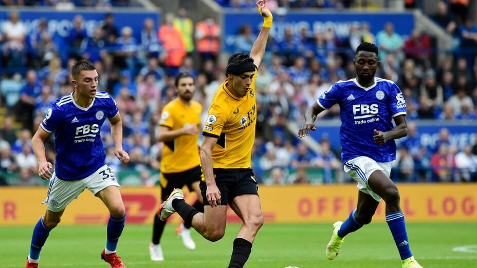 Raúl Jiménez ante el Leicester City