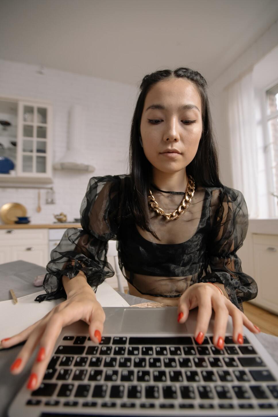 mujer en su computadora buscando peegasm
