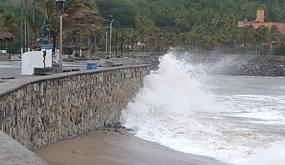 Huracán Enrique afecta a Colima, Jalisco y Michoacán