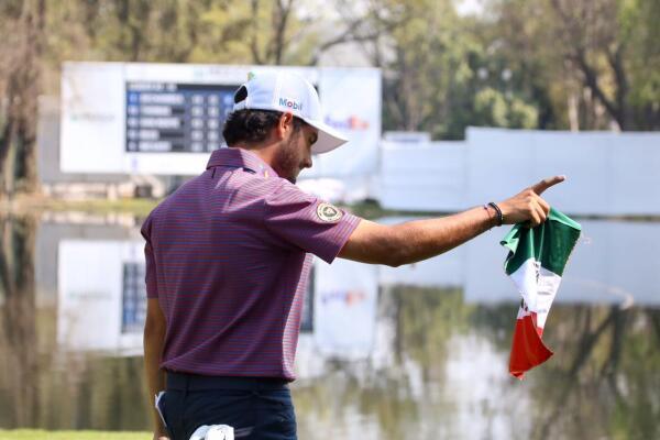 Abraham Ancer porta con orgullo una bandera de México