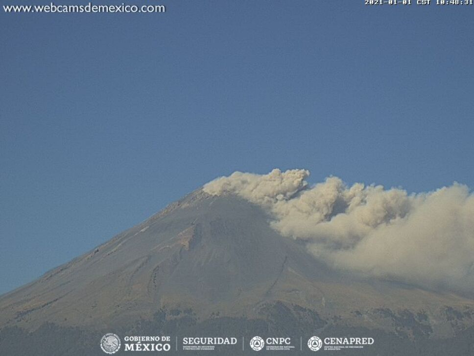 VIDEO: El volcán Popocatépetl inició el 2021 con una fumarola de 300 metros