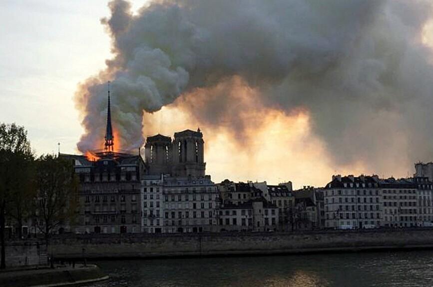 La catedral de Notre Dame en el centro de París se incendia y los bomberos despejan el área alrededor de una de las atracciones más visitadas de la capital francesa