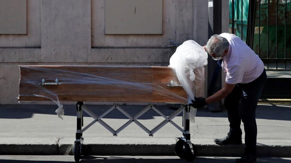 Foto del miércoles de un empleado entregando un ataúd en la casa de retiro de la Fondation Rothschild en París