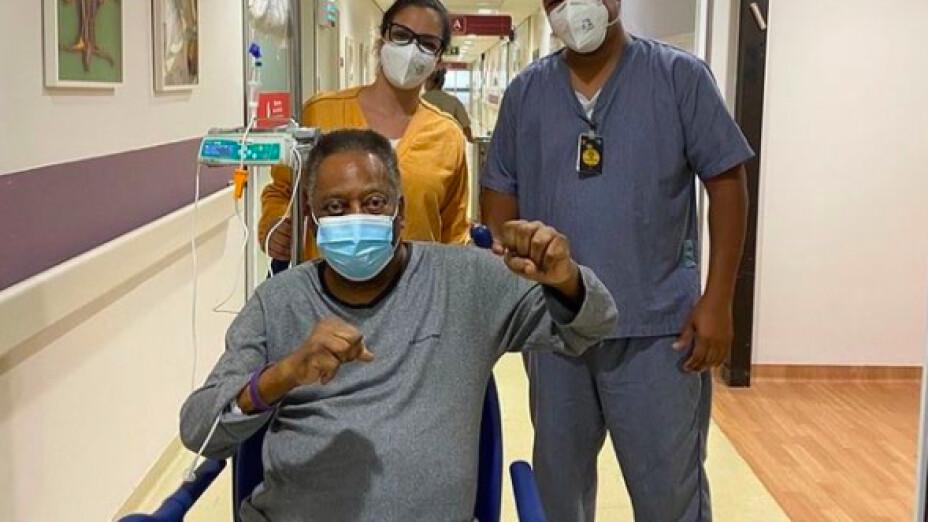 Pelé mantiene el ánimo en el hospital de Brasil