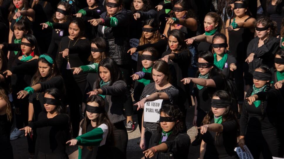 """Performance """"El violador eres tú"""" en la Universidad Iberoameric"""