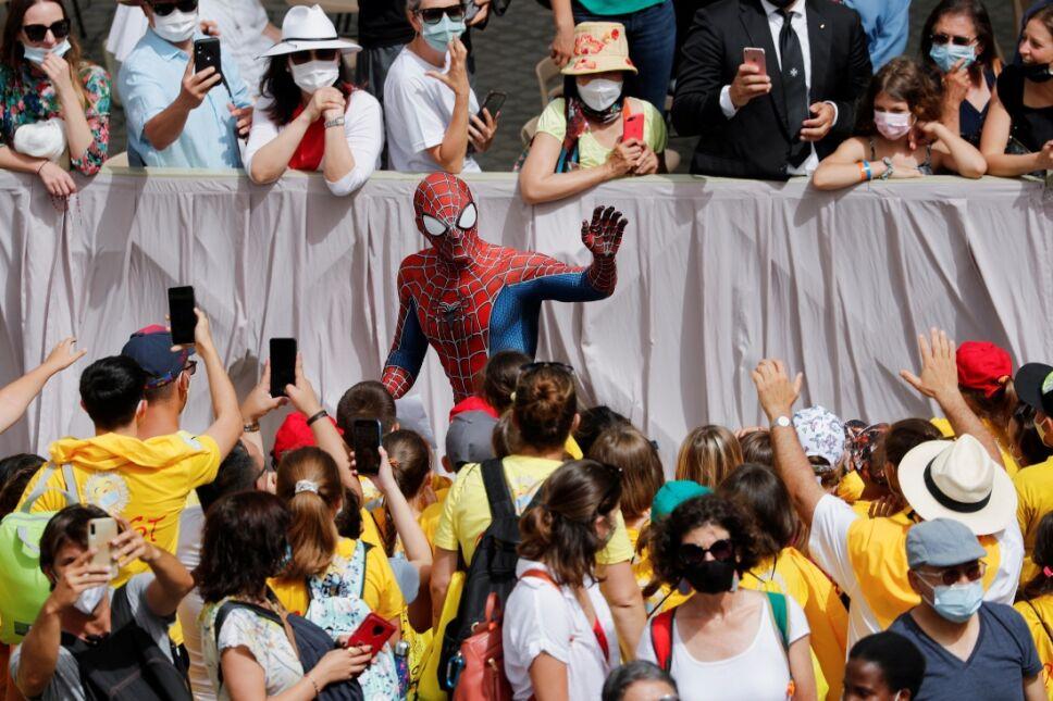 Spider Man en la audiencia de los miércoles en El Vaticano.jpg