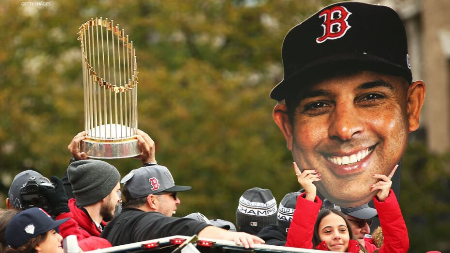 Alex Cora es uno de los candidatos para dirigir a Boston