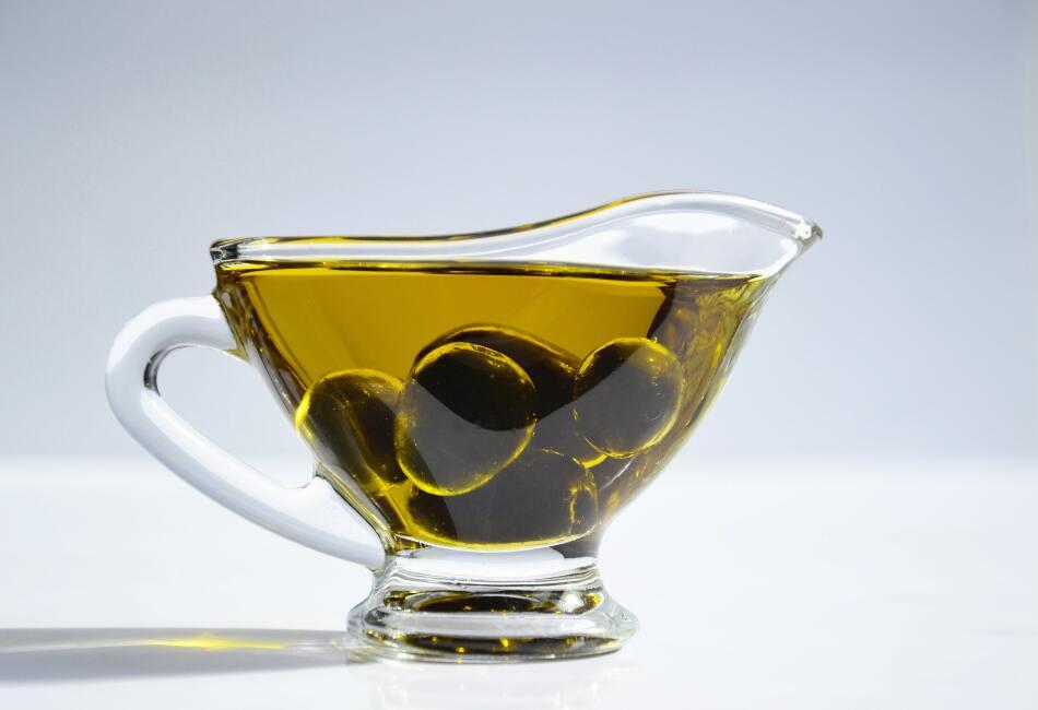 Aceite de oliva. Coloca un poco de aceite sobre una bolita de algodón, hisopo o cepillo para pestañas limpio. Después, con las pestañas sin maquillaje, aplica un poco sobre las pestañas inferiores y superiores