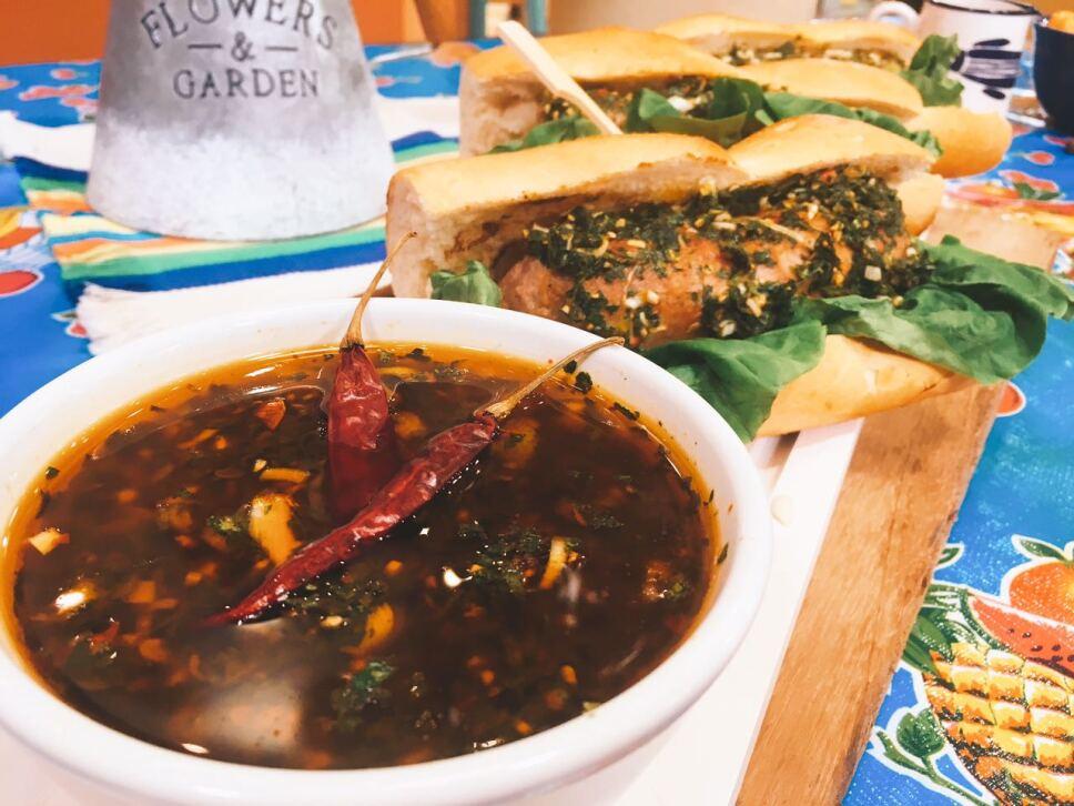 Choripan con Chili chimichurri, cocineros mexicanos