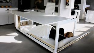 mujer-crea-escritorio-cama.png