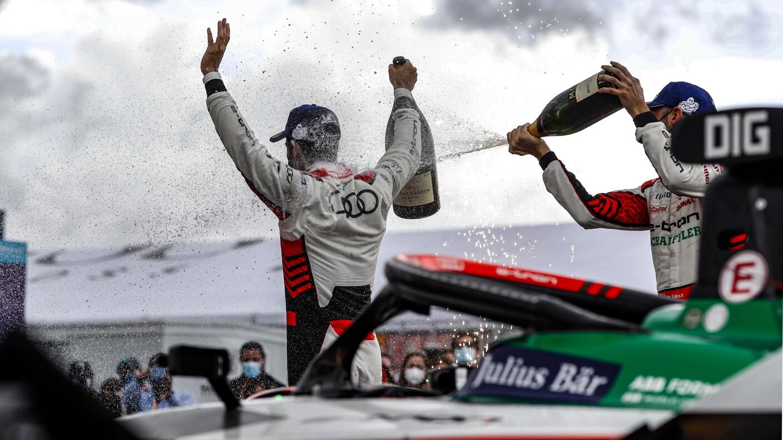 Lucas Di Grassi fue bañado en champagne.