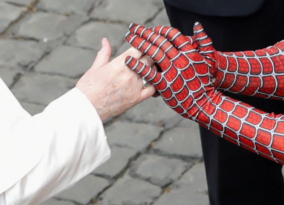 Papa Francisco saluda a Spider Man.jpg