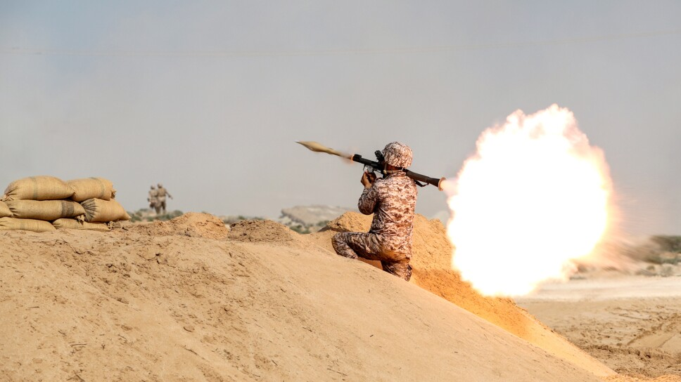 Foto de archivo. Un miembro de las fuerzas de tierra de los Cuerpos de la Guardia Revolucionaria Islámica (IRGC, por sus siglas en inglés) dispara un lanzacohetes, en el Golfo.