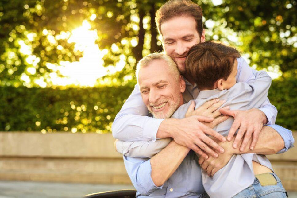 hijo-nieto-anciano-abraza-reunion-familiar_85574-1667.jpg