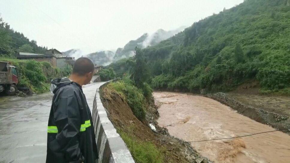 Inundaciones en China provocan derrumbes, desalojos y devastación.