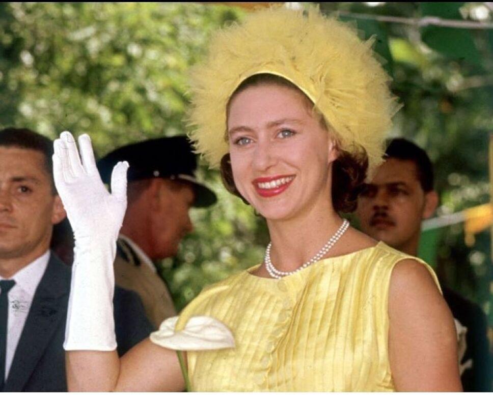 Princesa margarita en vestido y sombrero amarillos