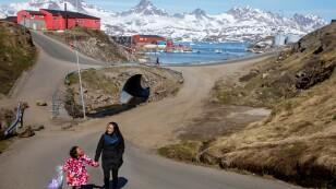 FOTO DE ARCHIVO: Una mujer y un niño caminando de la mano por la calle en la ciudad de Tasiilaq, Groenlandia, el 15 de junio de 2018