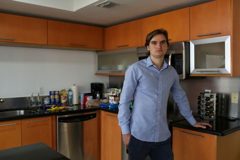 Andreas King-Geovanis, director ejecutivo de Sextant Stays, ofrece alojamiento gratuito con comiday productos básicos de higiene para familiares y víctimas de un edificio residencial parcialmente derrumbado en Surfside