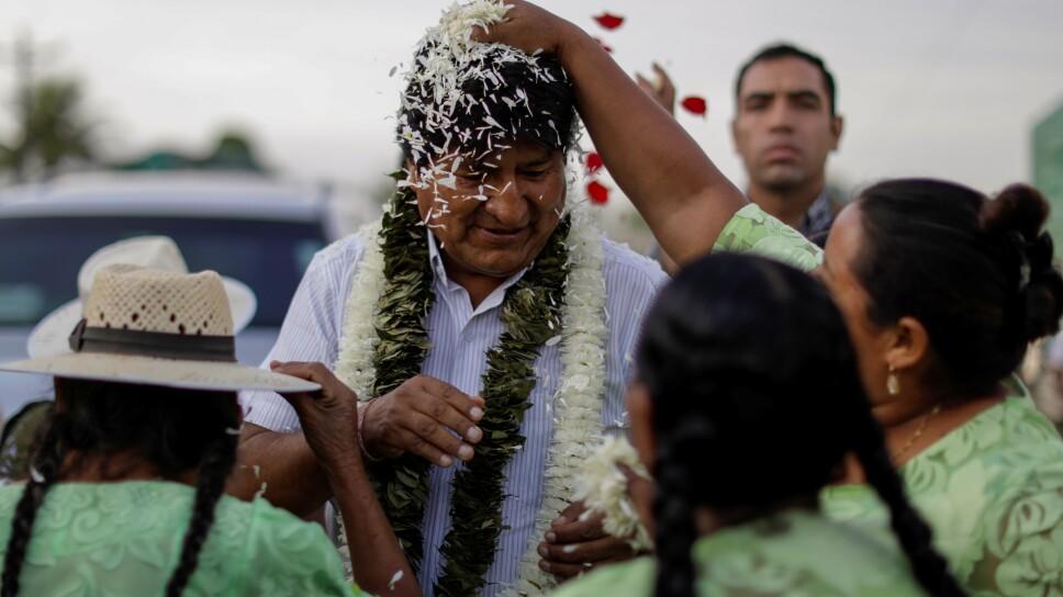 El presidente de Bolivia y candidato a la reelección, Evo Morales, del Movimiento Al Socialismo (MAS) es festejado por partidarios al llegar a votar a un colegio de  Villa 14 de Septiembre, en la región de Chapare.