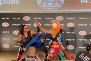 Rey Escorpión y Psycho Clown llegan a los golpes fuera del ring