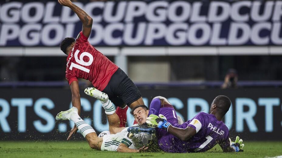 Hirving Lozano sufre escalofriante lesión