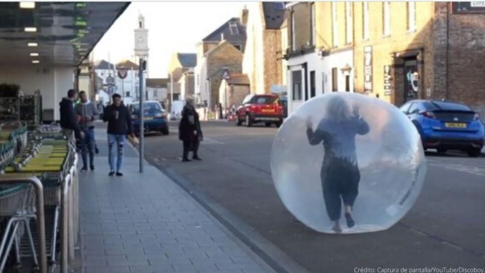 Video mujer hace sus compras dentro de una pelota inflable.jpeg