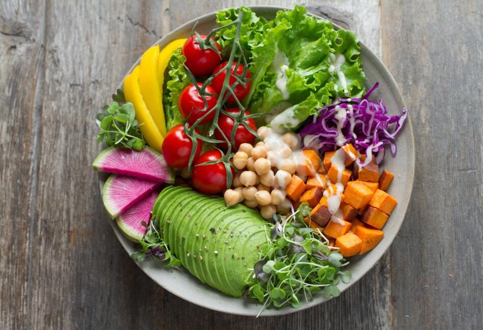 Si hablamos de dieta, lo primero que viene a nuestra mente son las ensaladas, ya que son ligeras y están llenas de verduras, sin embargo, las ensaladas no siempre son saludables por algunos errores que cometemos al prepararlas.