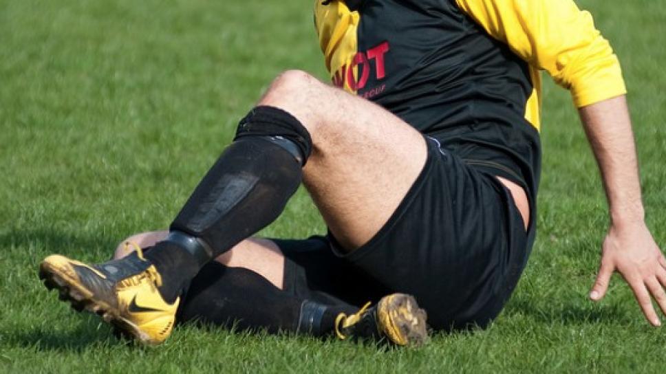 Suspenden 5 años a futbolista por morderle el pene a rival