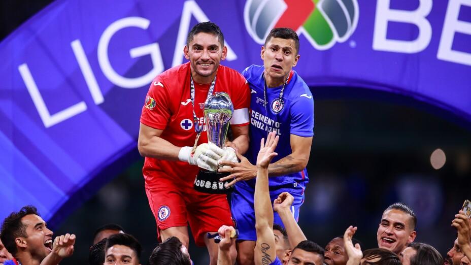 Jesús Corona levanta el t´ítulo de Liga MX con Cruz Azul