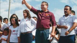 Dos hombres pidieron al alcalde Francisco Tenorio Contreras que se tomara una foto con ellos. Posteriormente, uno de ellos le disparó en la cabeza. Imagen: Twitter