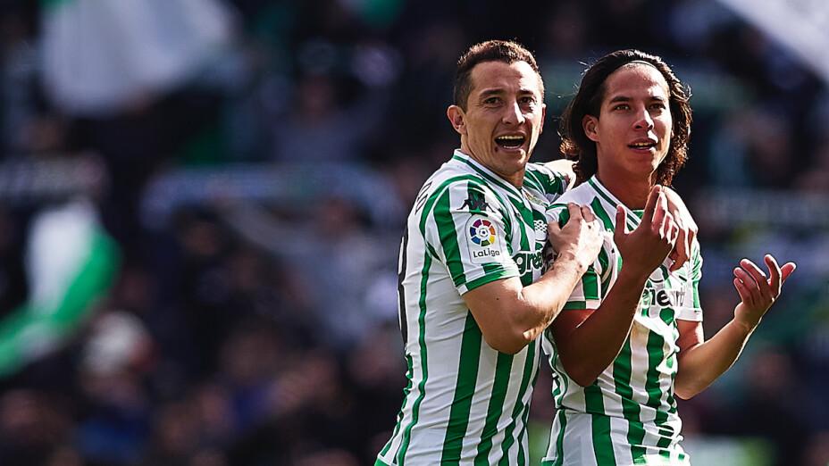 Andrés Guardado y Diego Lainez, compañeros en el Betis de Sevilla.