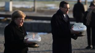 La canciller alemana, Angela Merkel, y el primer ministro polaco, Mateusz Morawiecki en su visita al memorial del Holocausto Auschwitz-Birkenau, cerca de Oswiecim, Polonia
