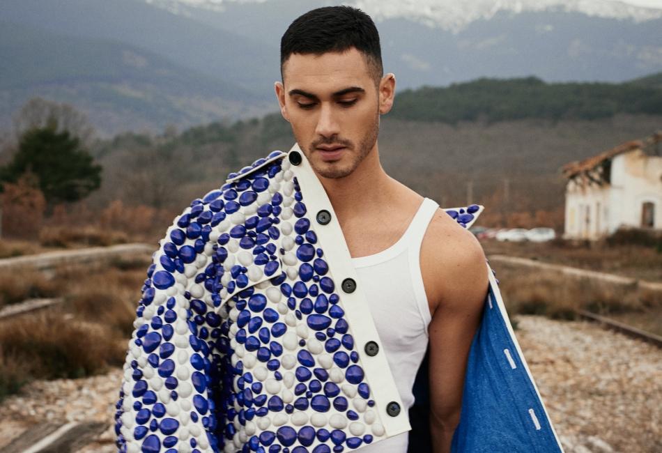 Alejandro Speitzer es el nuevo embajador de Dolce&Gabbana para su colección primavera-verano 2021.