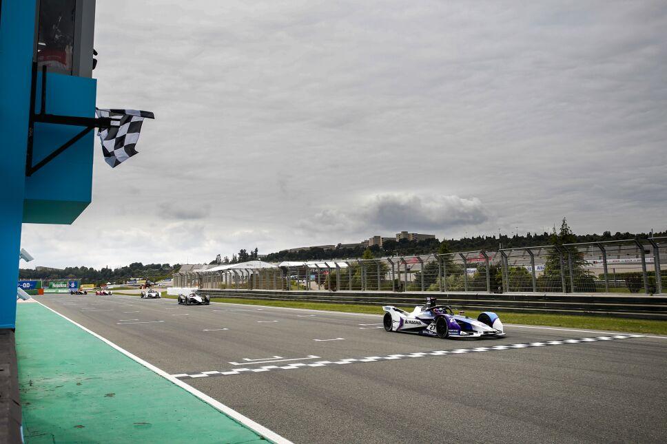 Algunos pilotos intentaron rebasar al británico en la última curva, pero no tuvieron éxito.