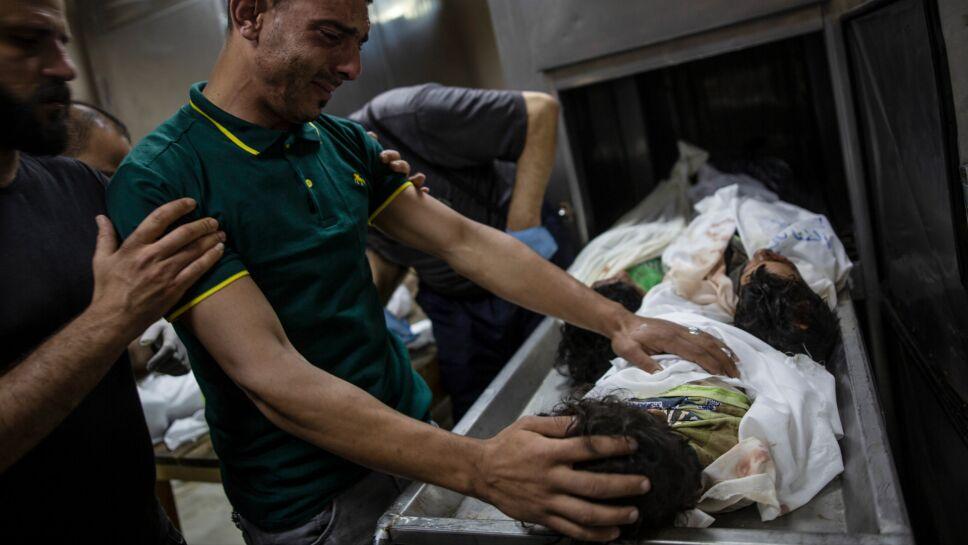 Víctimas palestinas luego de ataques aéreos israelíes en Beit Lahi