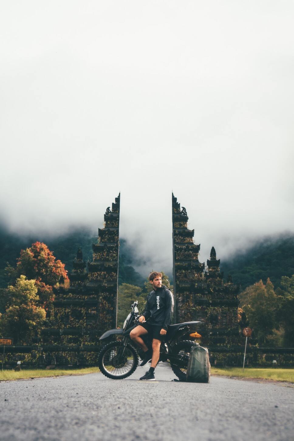 hombre vacunado viajando en moto