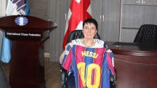 Nona Gaprindashvili con la camiseta de Messi