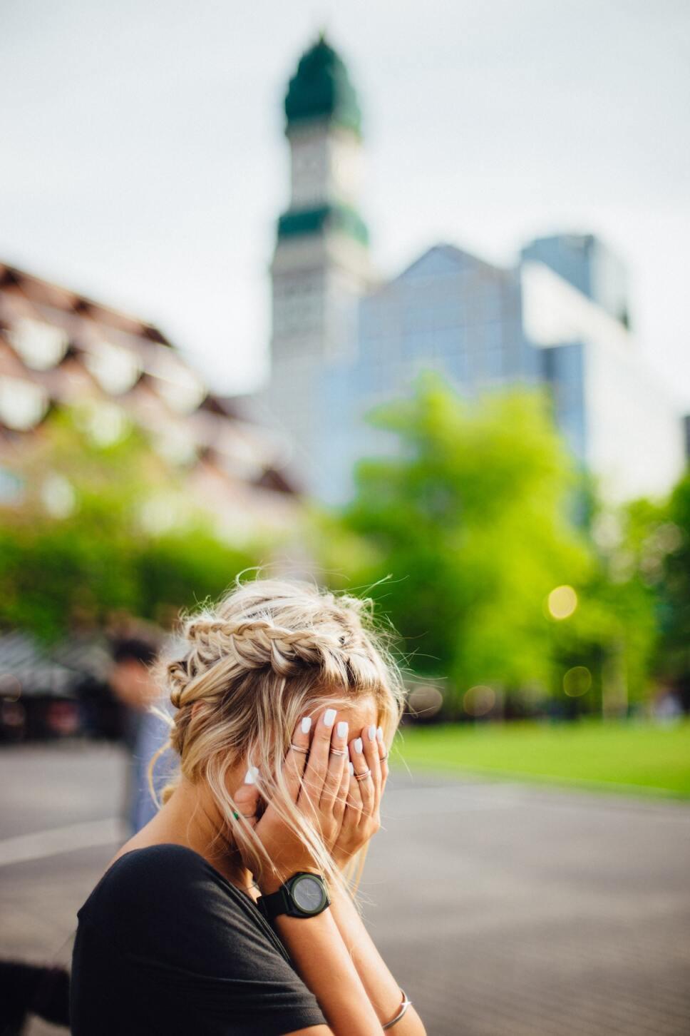 mujer con manos en el rostro preocupada